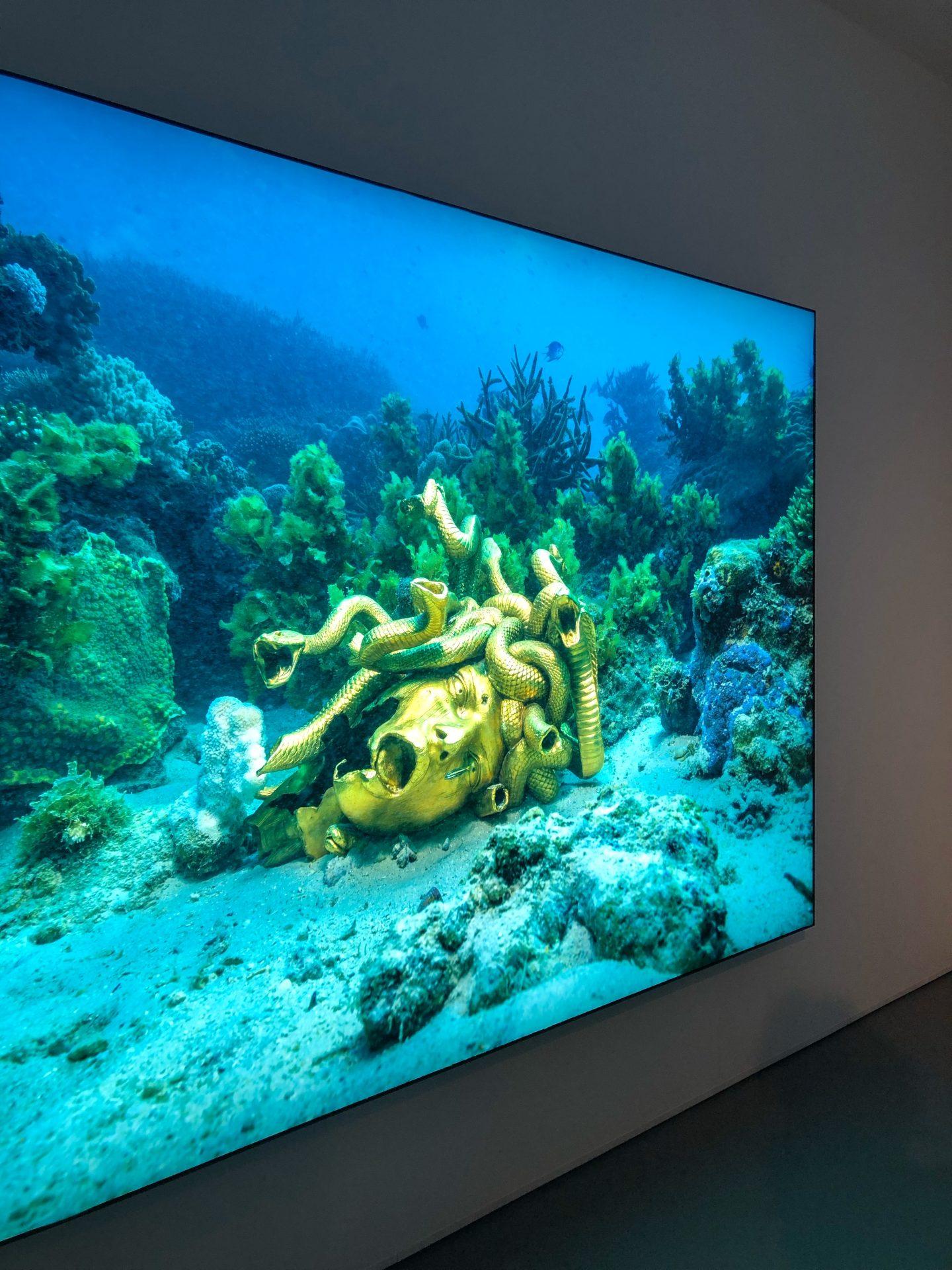 מוזיאון חיפה לאמנות תערוכה פייק ניוז אוצרות הספינה הטרופה שלא תיאמן דמיאן הירסט2