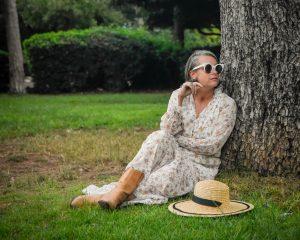 שמלת מקסי פרחונית מגפי בוקרים כובע קש גן מניה שוחט