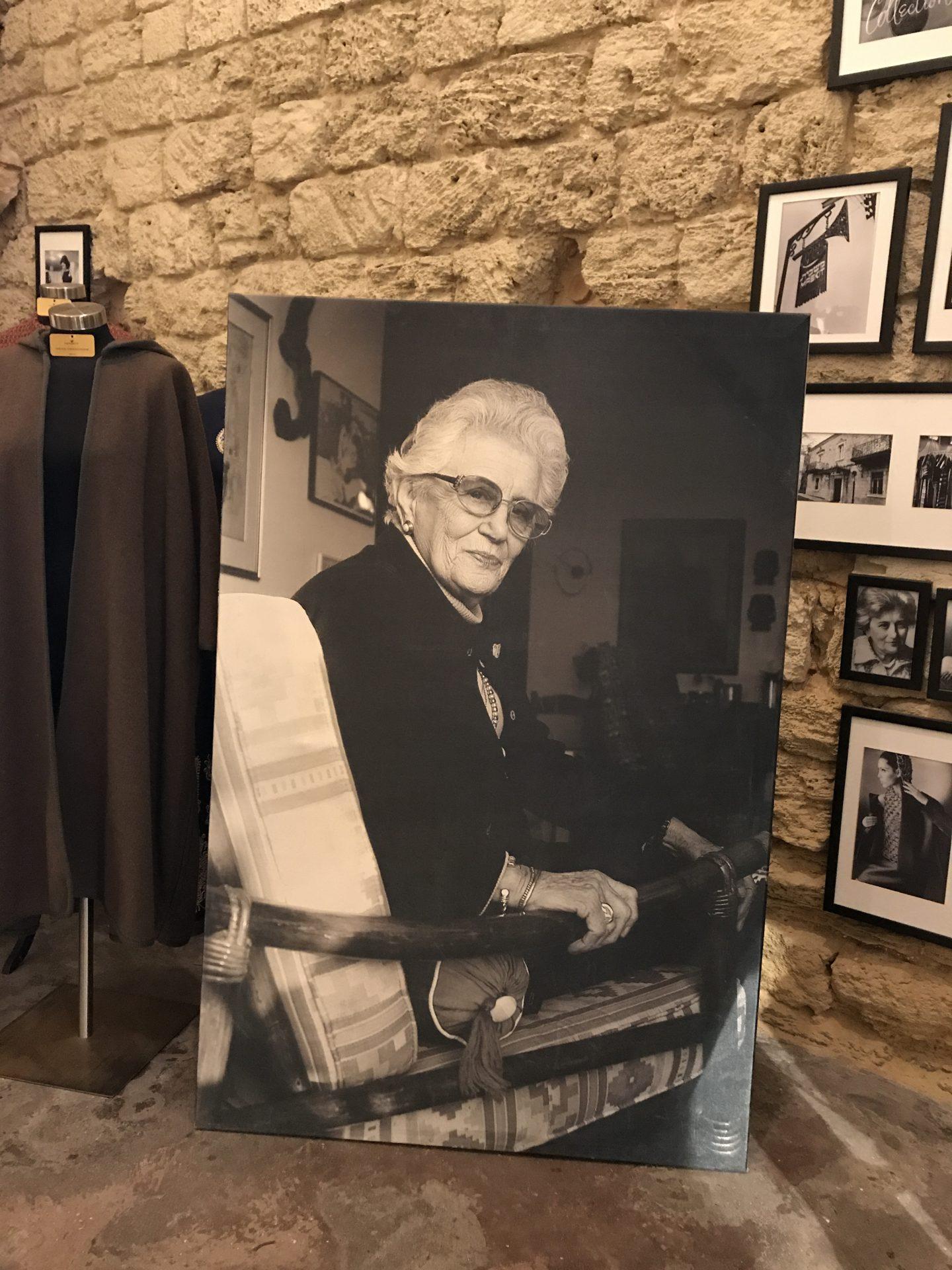צילום פורטרט של רות דיין בבית האופנה משכית יפו