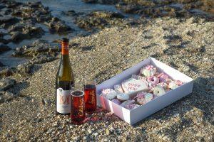 פיקניק מתוקים דונאטס קאפקייקס יין מתוק חוף ים שקמונה