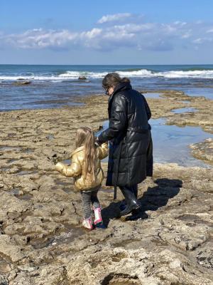 זמן איכות אמא ובת מטיילת בחיפה
