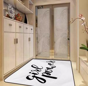 שטיח לחדר האמבטיה עם הדפס פמניסטי