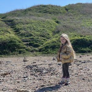 ילדה בחוף שקמונה חיפה