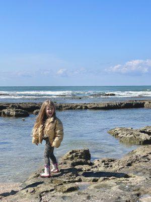 איה ויצנר בטיול אביבי בחוף תל שקמונה חיפה