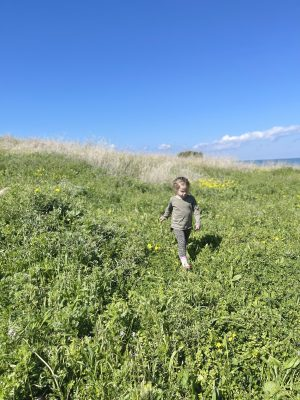 טיול אביב לצפון חוף שקמונה ילדה קוטפת פרחים