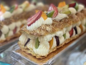 עוגת קרם ופירות קונדיטוריה סארו בית קפה כשר בחיפה