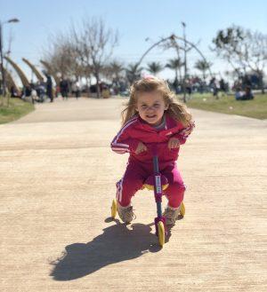 חופשה עם ילדים בחיפה פארק הכט ילדה רוכבת על בימבה פארק הכט חיפה
