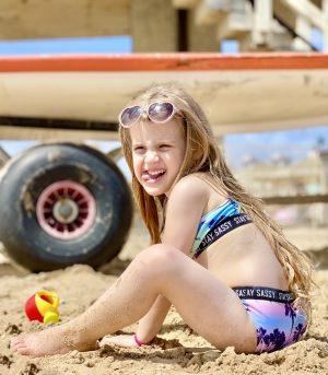 חופשה עם ילדים בחיפה ילדה בחוף הים חיפה