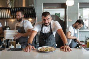 שף עלאא מוסא על הבר של מסעדת לוקס בחיפה
