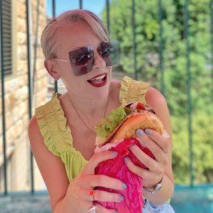 שירי ויצנר חיפאית אוכלת סנדביץ׳ ברכה