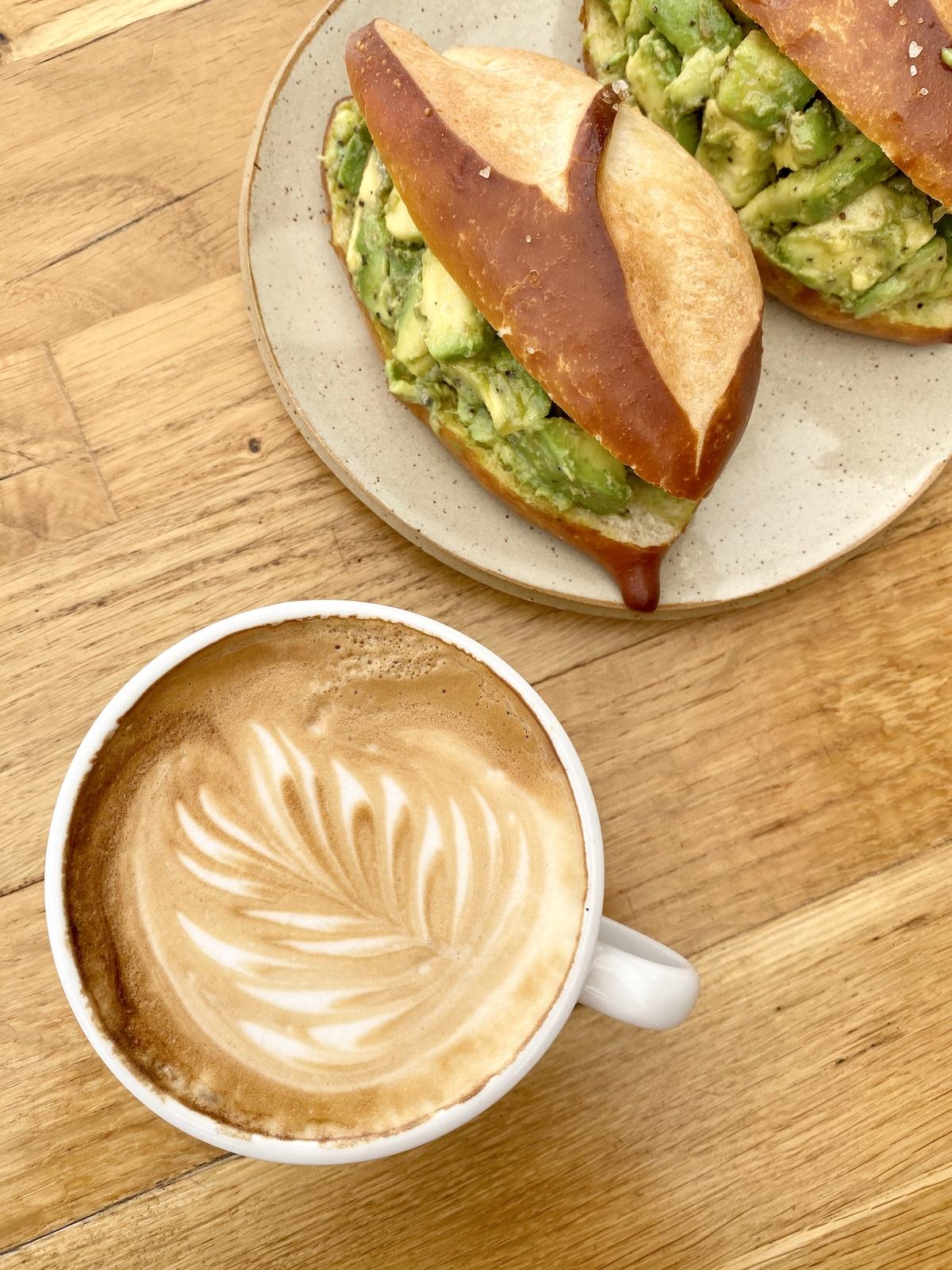 קפה וכריך פרעצל אבוקדו של ברדא